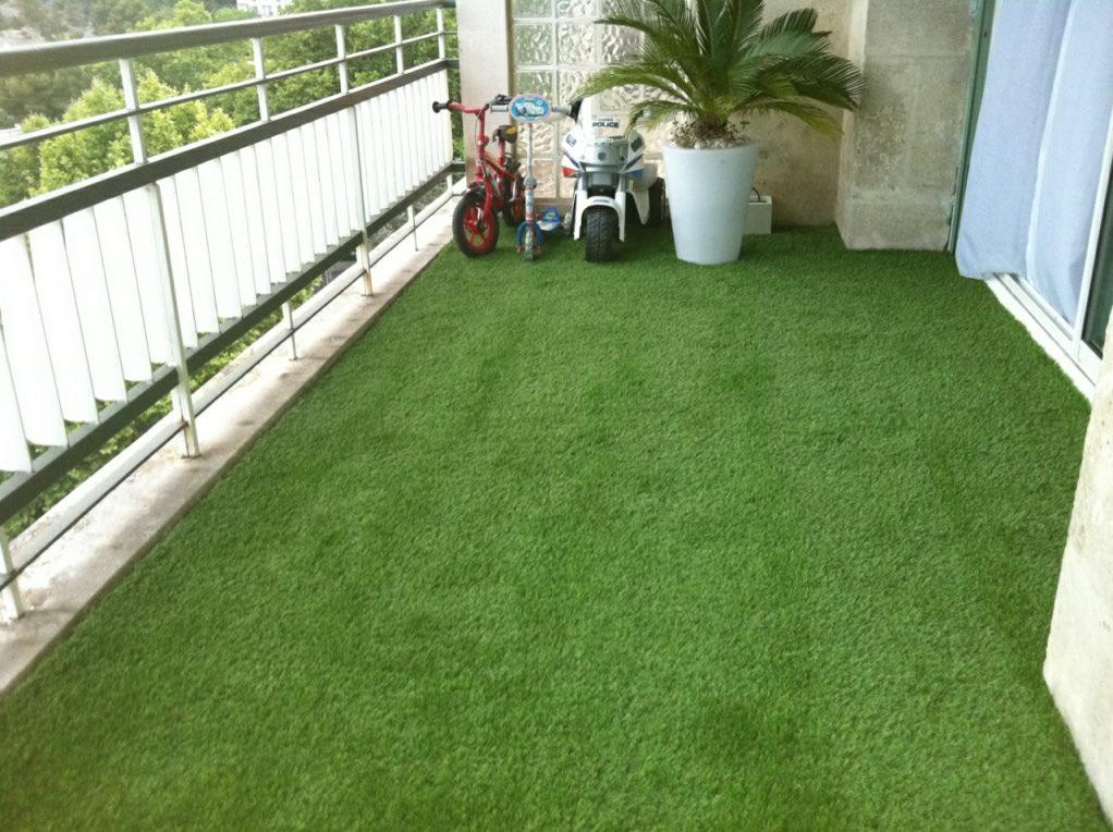 pelouse artificielle balcon entretien