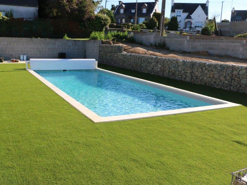 pelouse synthetique autour d'une piscine