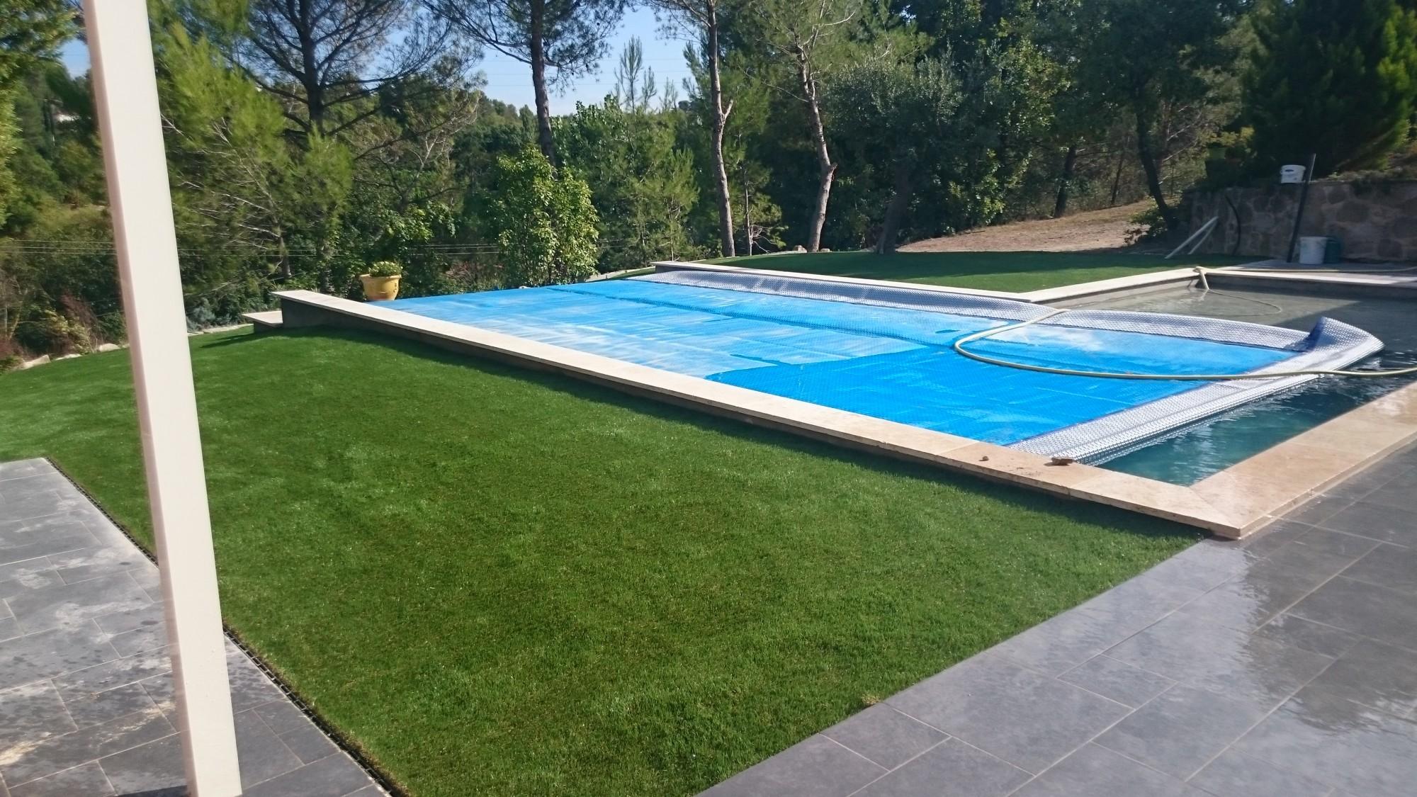 pelouse synthetique autour piscine